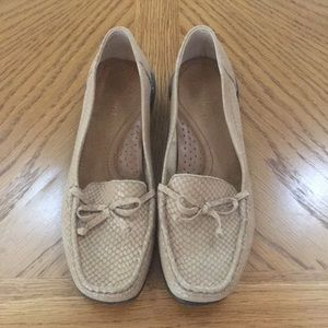 Women's Easy Spirit tan loafers - size 7M